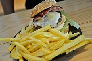 http://hojeconhecemos.blogspot.com/2014/08/eat-honorato-hamburgueres-artesanais.html