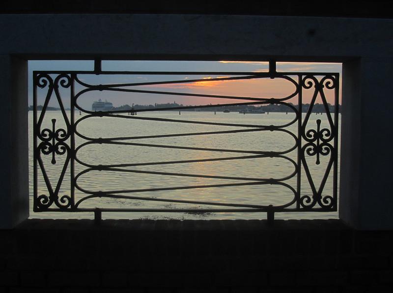 La reja del este al amanecer