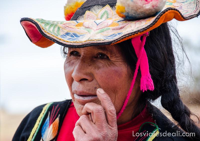 mujer Llachón en la Península de Capachica