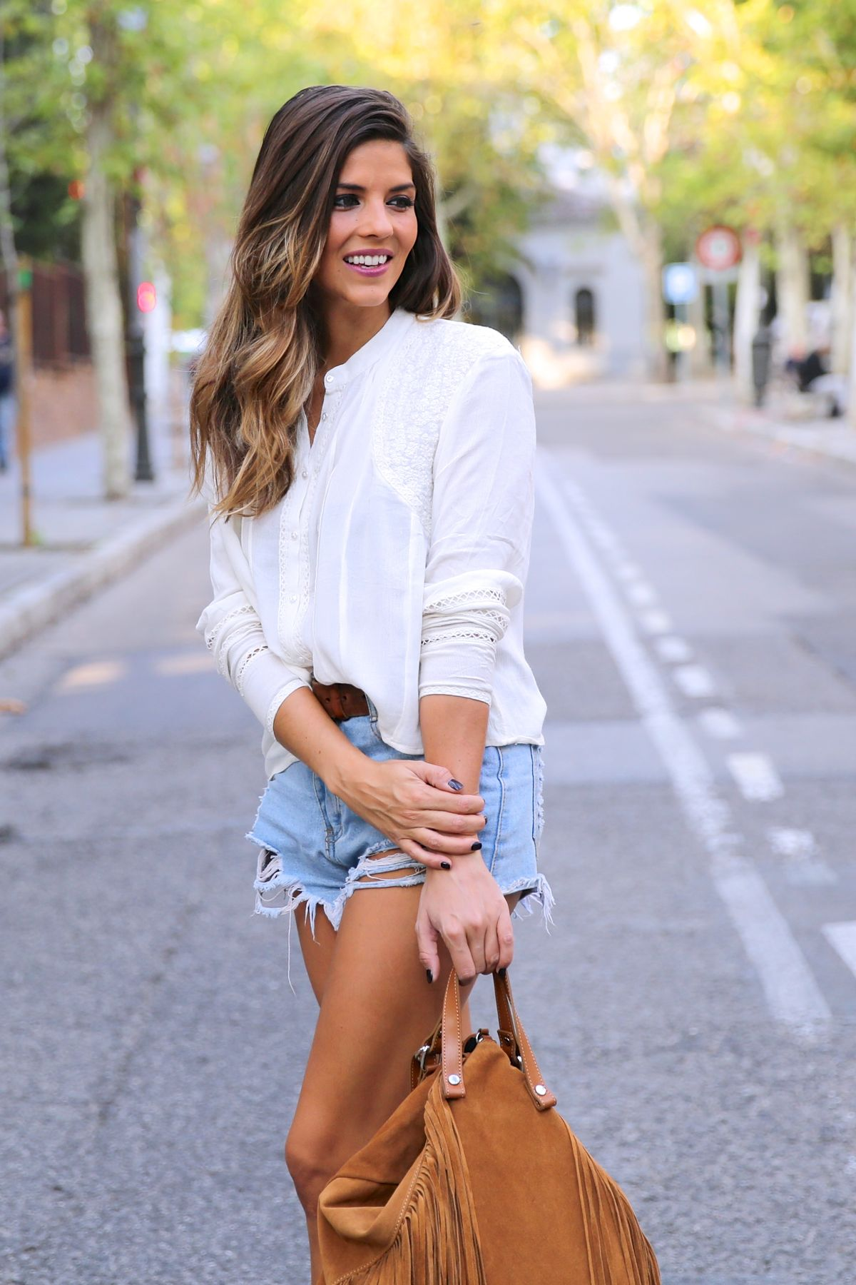 trendy_taste-look-outfit-street_style-ootd-blog-blogger-fashion_spain-moda_españa-boho-hippie-flecos-botines_camperos-cowboy_booties-mochila-backpack-blusa-camisa-denim-shorts-vaqueros-2