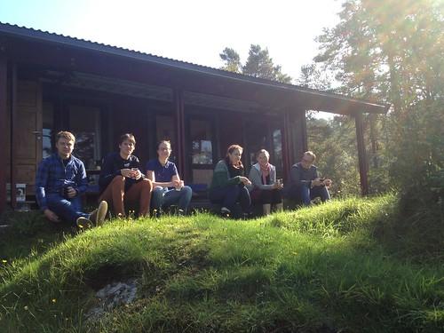 Søndagskaffi utanfor hytta. Foto: Mari S. Lysne