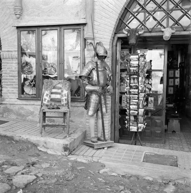 Una tienda de souvenirs en Toledo en los años 50. Fotografía de Francesc Catalá Roca © Arxiu Fotogràfic de l'Arxiu Històric del Col·legi d'Arquitectes de Catalunya. Signatura B_8566_713