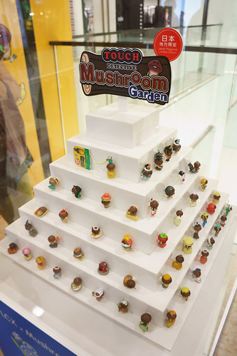 場內還展出了100 隻日本各地限定的菇菇吊飾