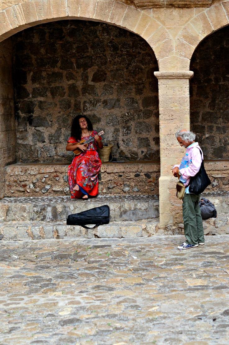 DSC_2582 Girl singin in Ibiza town