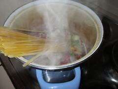 Die Nudeln für die One Pot Pasta kommen gemeinsam mit dem Gemüse ins kalte Wasser und werden aufgekocht