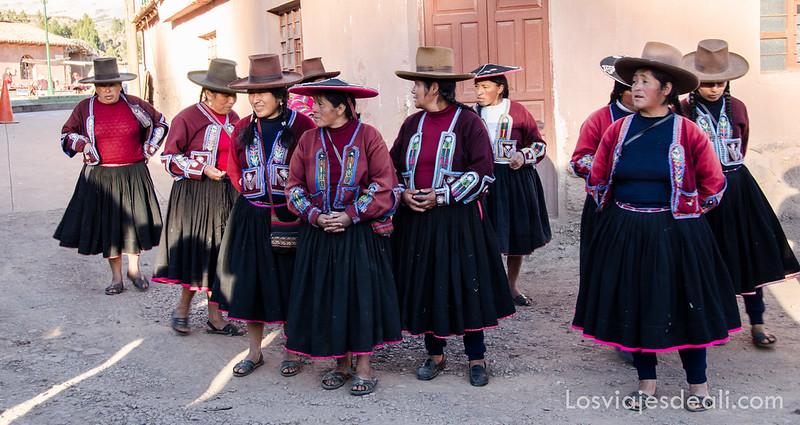 mujeres de la cooperativa de Raqchi en ruta Sillustani y Raqchi