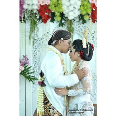 *follow instagram: @poetrafoto.  . #kiss #kissing #brideandgroom Dina+Mada #wedding #javanesewedding #indonesianwedding | #weddingday #weddingceremony at #yogyakarta.  . #weddingphoto by @poetrafoto #indonesianweddingphotographer