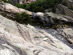 Dans le contournement de la grande cascade : l'amphithéâtre rocheux et le ruisseau d'U Candelli - Victor donne l'échelle
