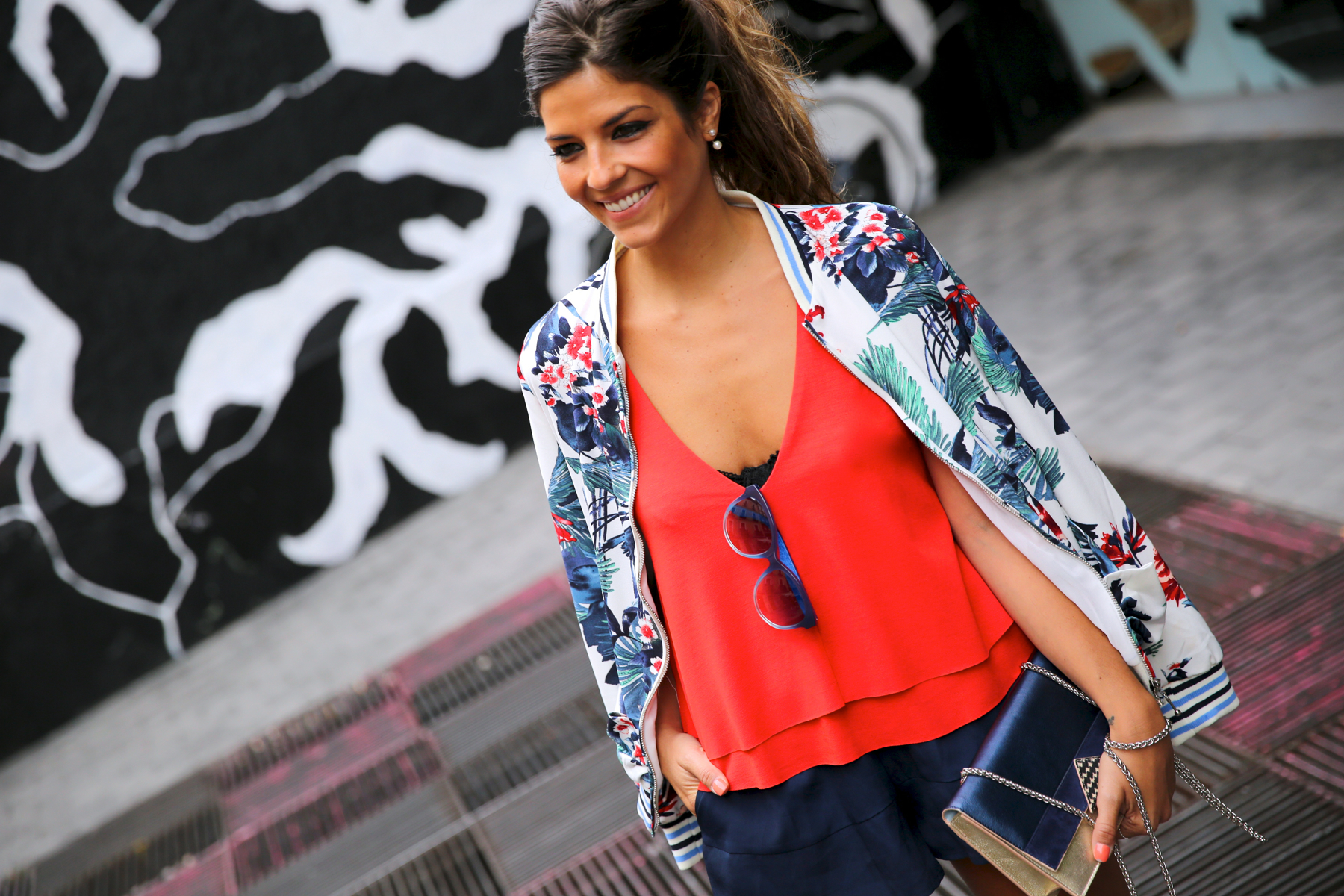 trendy_taste-look-outfit-street_style-ootd-blog-blogger-fashion_spain-moda_españa-sneakers-saucony_originals-sport-trainers-zapas-tommy_hilfiger-sunnies-red_top-top_rojo-bomber_flores-8