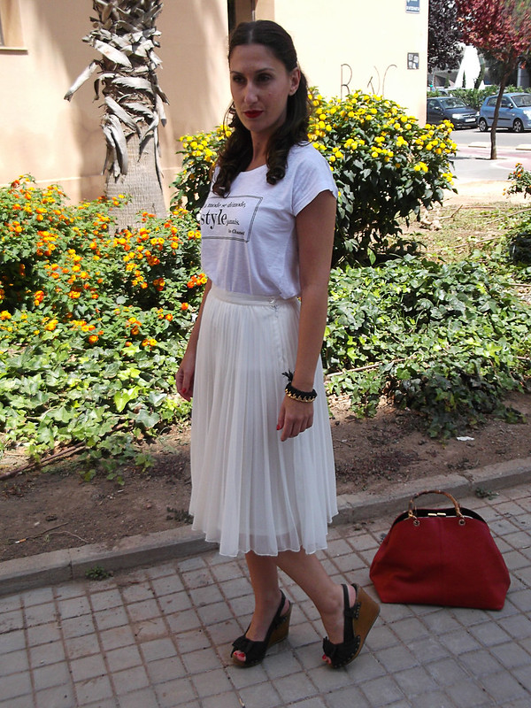 camiseta de algodón estampada, look lady, blanca, mensaje, falda midi blanca de gasa plisada, reflejos dorados, cuñas de madera negras con tachuelas, bolso, trench, rojo, printed cotton shirt, lady outfit, white tee message, white midi pleated chiffon skirt, golden highlights, black wooden studded wedges, red bag, trench, Beloved Woman, Mango, Bimba & Lola, Parfois, Zara, Prada, Carolina Herrera