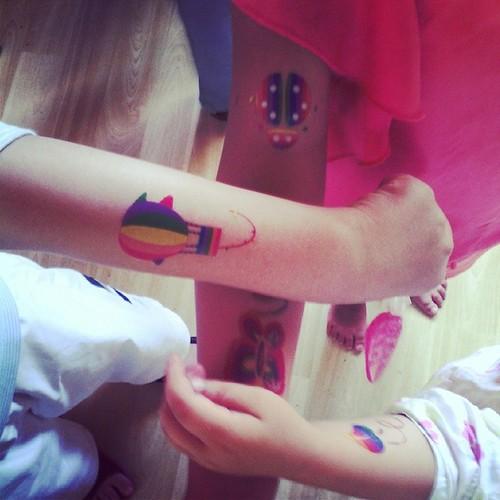 Bonjour. On est une famille à tatouage.