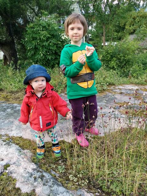 Utforskar växtligheten i mormor och morfars trädgård