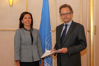 NEW PERMANENT REPRESENTATIVE OF THE UNITED STATES PRESENTS CREDENTIALS TO ACTING DIRECTOR-GENERAL OF UNOG