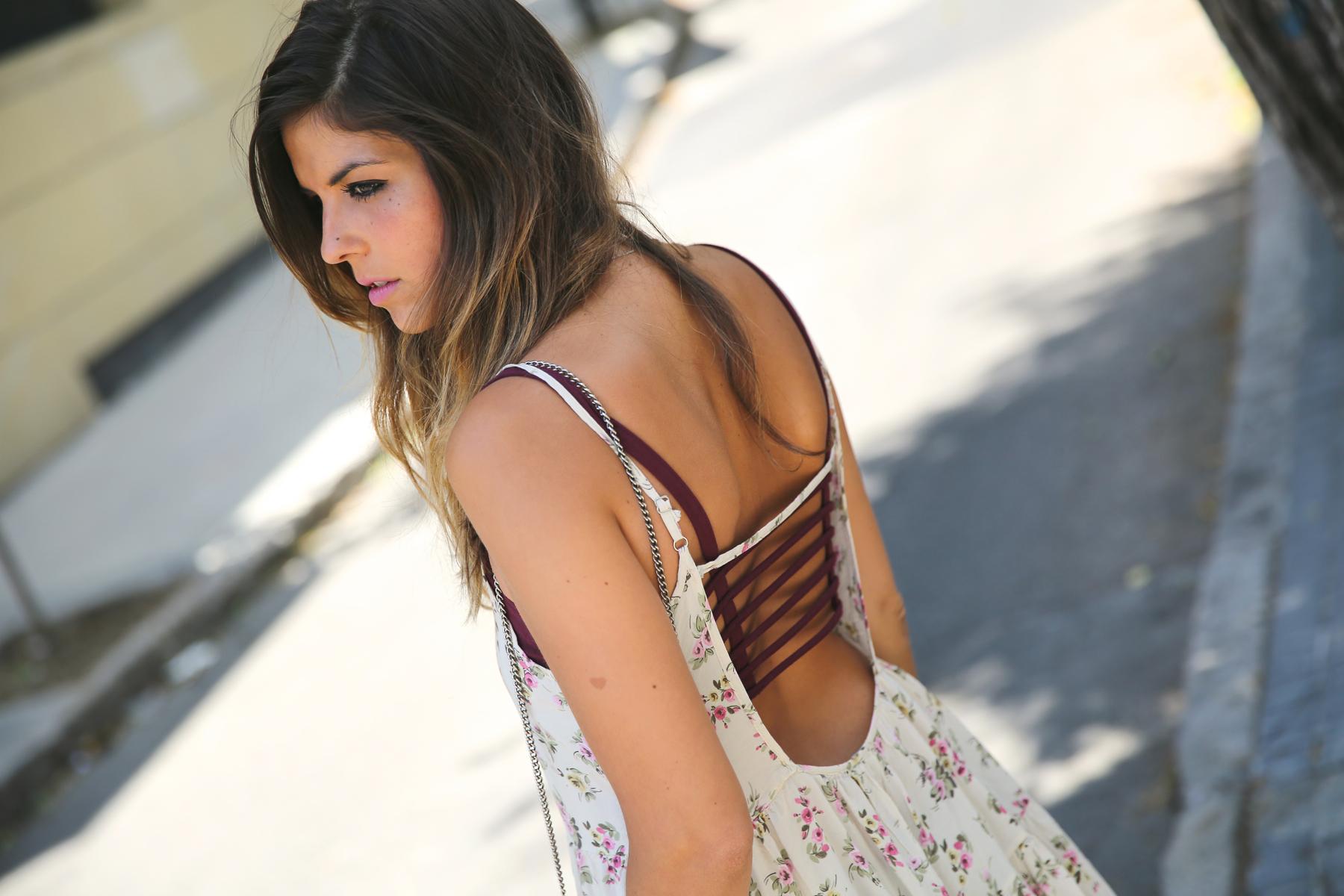 trendy_taste-look-outfit-street_style-ootd-blog-blogger-fashion_spain-moda_españa-vince_camuto-botines_granates-burgundy_booties-flower_print-estampado_flores-silver_bag-bolso_plata-estampado_flores-boho-top-4