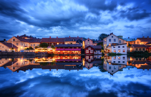 houses windows lake cars grass stone wall clouds reflections landscape restaurant parkinglot sweden dusk flag pole gamlastan sverige bluehour oldtown hdr eskilstuna waterscape chimny eskilstunaån tingsgården