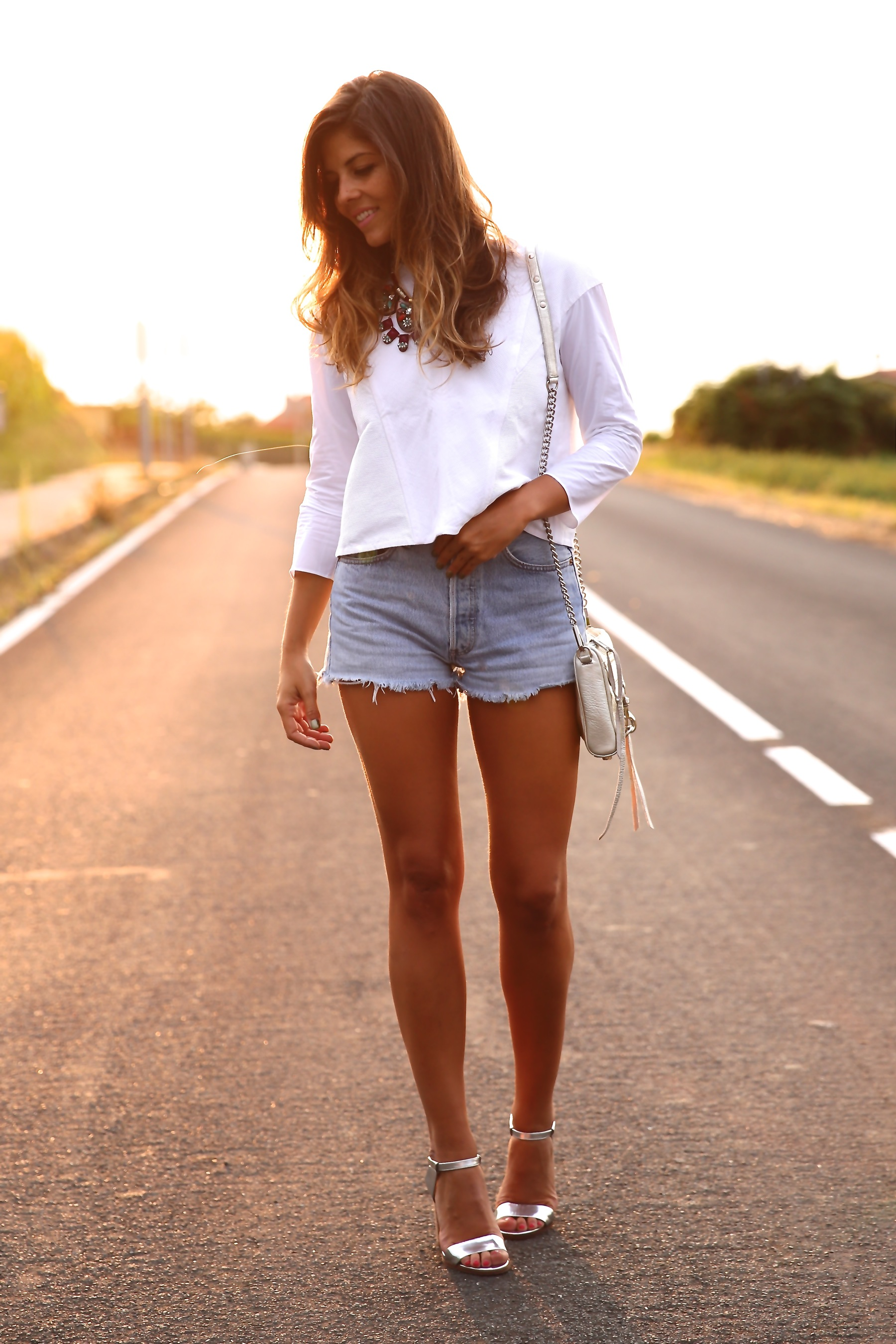 trendy_taste-look-outfit-street_style-ootd-blog-blogger-fashion_spain-moda_españa-coach-silver_sandals-sandalias_plata-white_top-top_blanco-levi's-denim_shorts-shorts_vaqueros-15