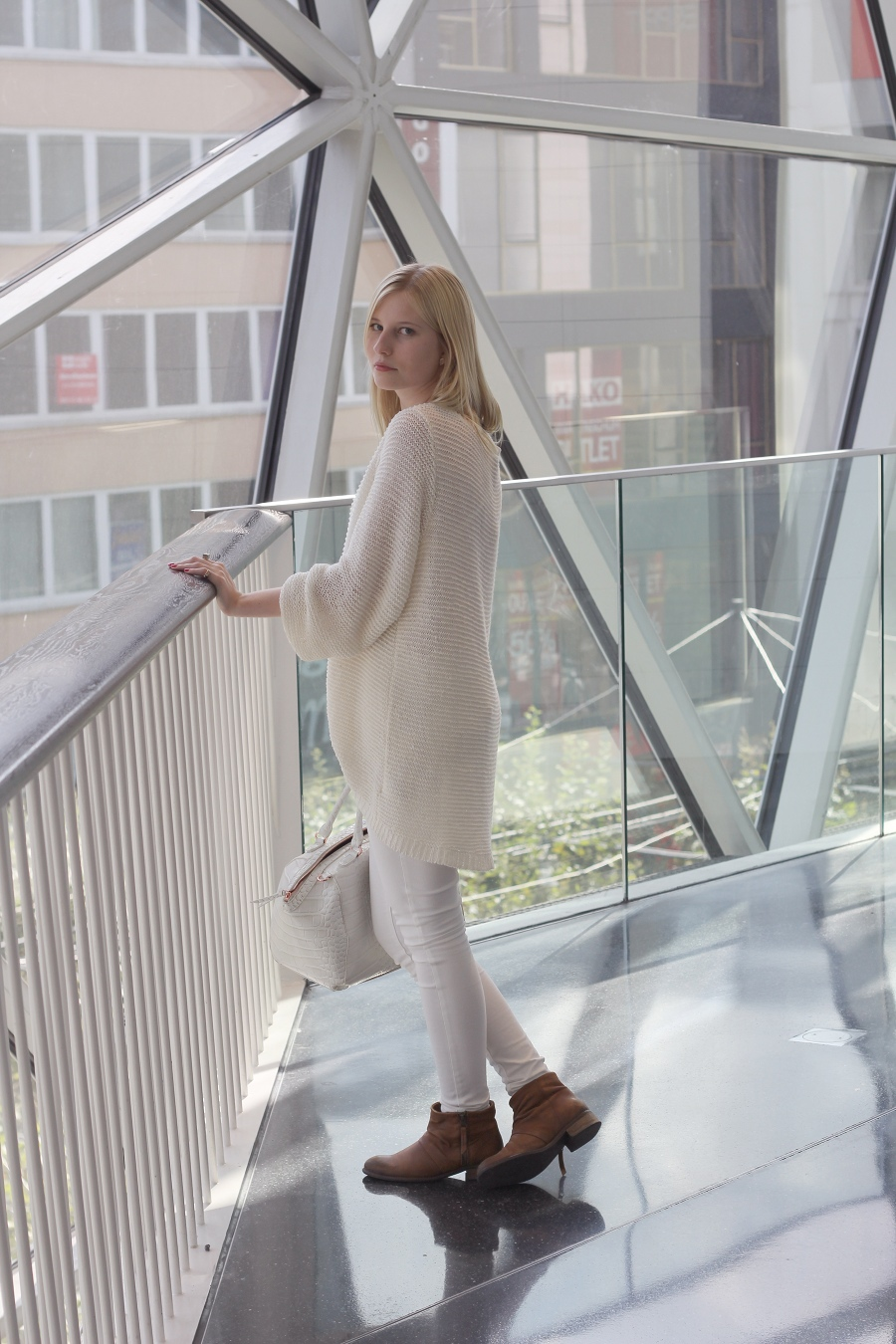 outfit-shades-of-white-boots
