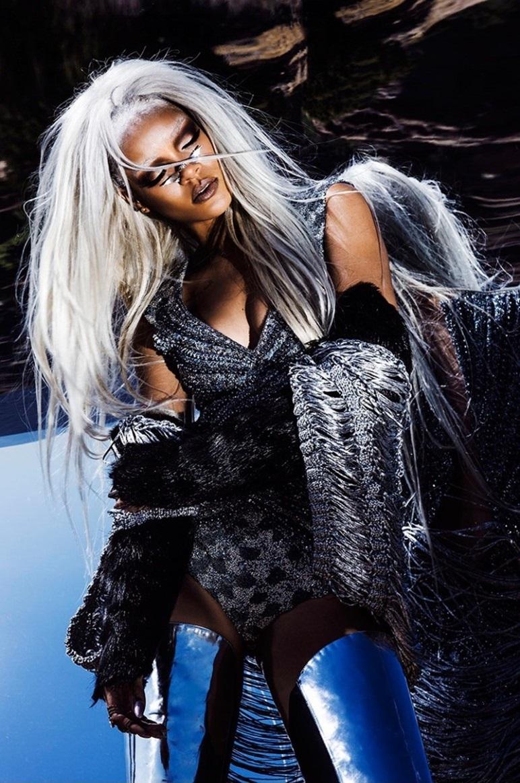 rihanna-grey-hair-tush-shoot03-771x1200