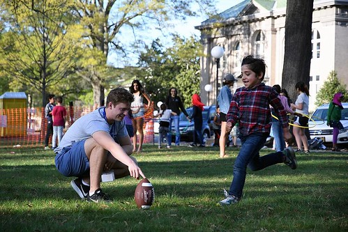 @dukestudents and local refugee children (from Somalia, Sudan, Iraq, Syria, and Vietnam) gathered for a day of outdoor spring activities on April 4 as part of the @kenanethics Mentorship, Academics, and Self-Esteem: Tutoring and Engaging with Refugee Yout