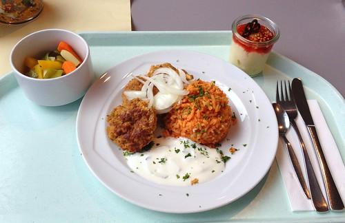 Bifteki mit Zwiebeln, Tzatziki & Tomatenreis / Bifteki with onions, tzatziki & tomato rice