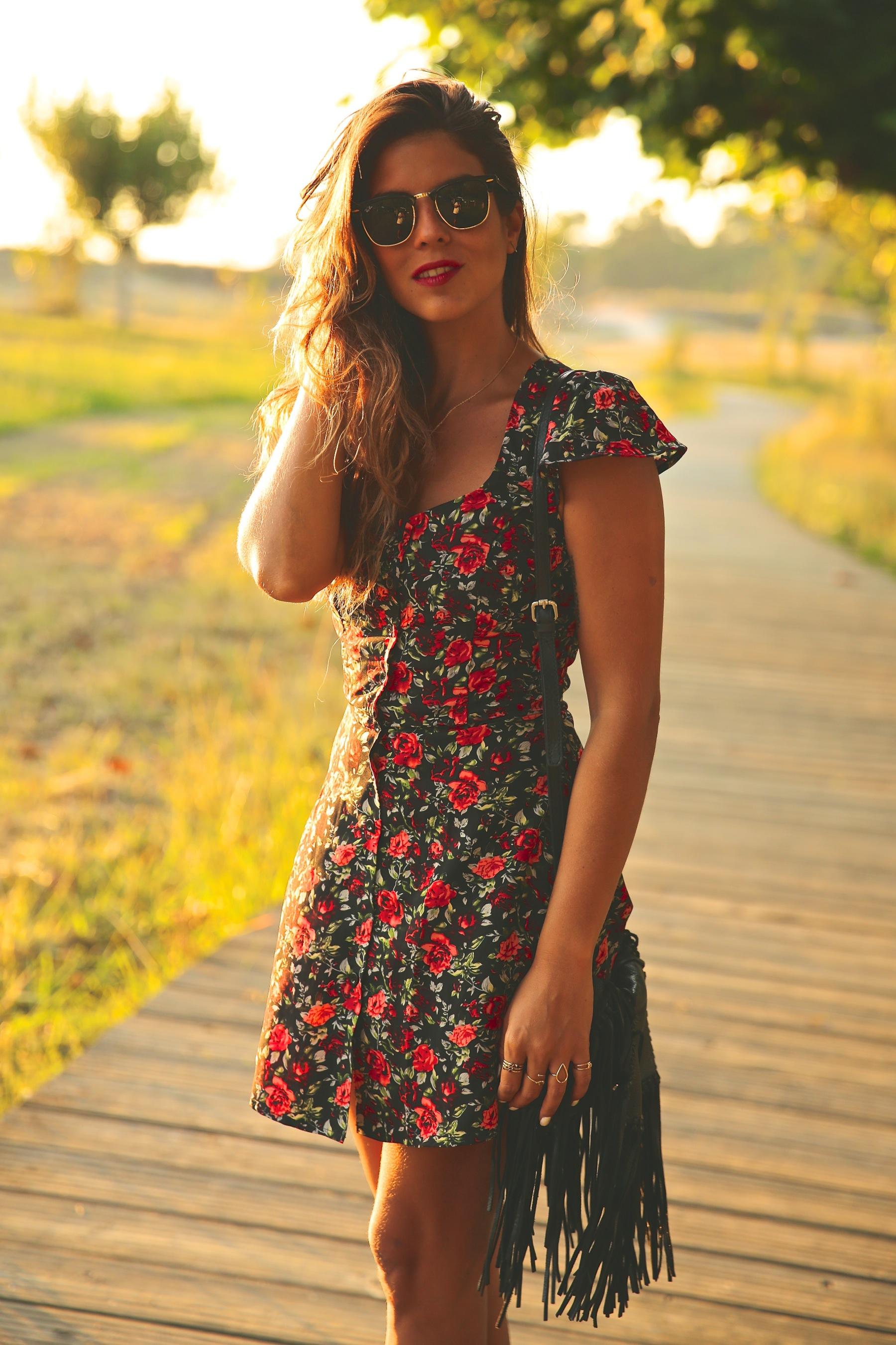 trendy_taste-look-outfit-street_style-ootd-blog-blogger-fashion_spain-moda_españa-flower_print-dress-vestido-flores-sandalias_negras-black_sandals-platforms-sunset-playa-beach-summer-5