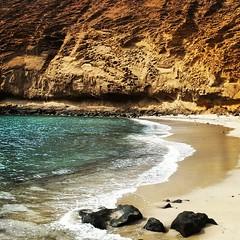 Tarde tranquila en La Cocina. La magia de las playas de La Graciosa.  #laoctavaisla #lagraciosa #life #beach #volcanic #montañaamarilla #lacocina #sands #tienesquevenir #graciosa #playa #venalagraciosa #canaryislands #Canariasgram #Canarias