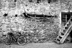 Una bicicletta, una slitta e una scala