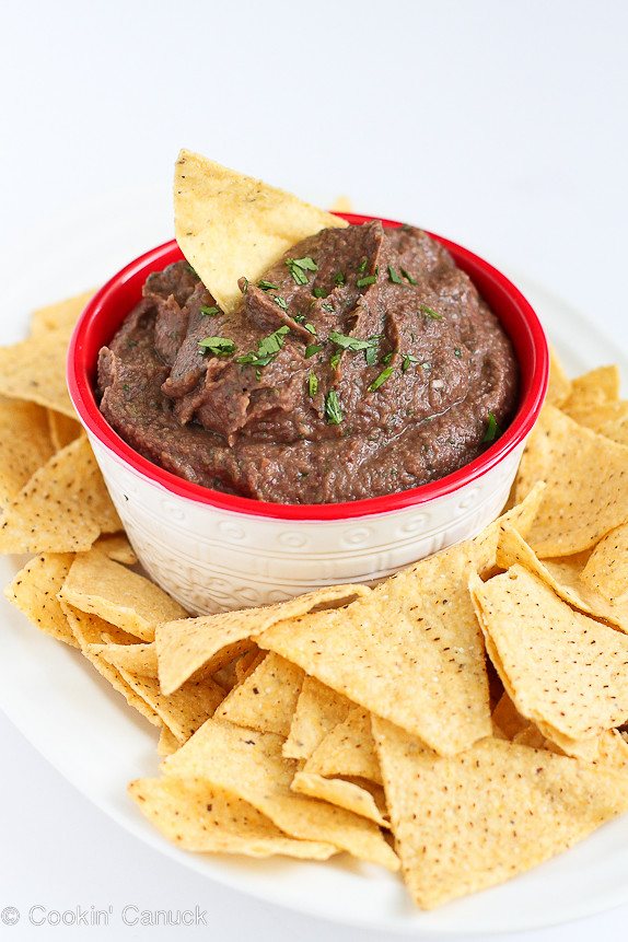 This easy, vegan 5-minute black bean dip is perfect for your next get-together, or keep it on hand for afternoon snacking. 80 calories and 2 Weight Watchers SmartPoints #recipe #vegan