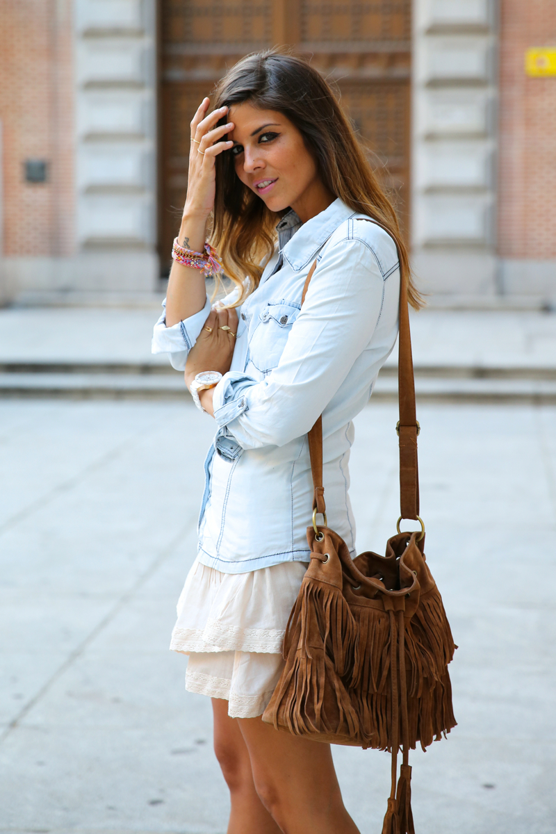trendy_taste-look-outfit-street_style-denim-blog-blogger-fashion_spain-moda_españa-botines_camperos-it_shoes-cowboy_booties-skirt-falda-bolso_flecos-fringes_bag-camisa_vaquera-denim_shirt-8
