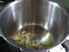 鍋にオリーブオイルとにんにくを入れ、弱火にかけます