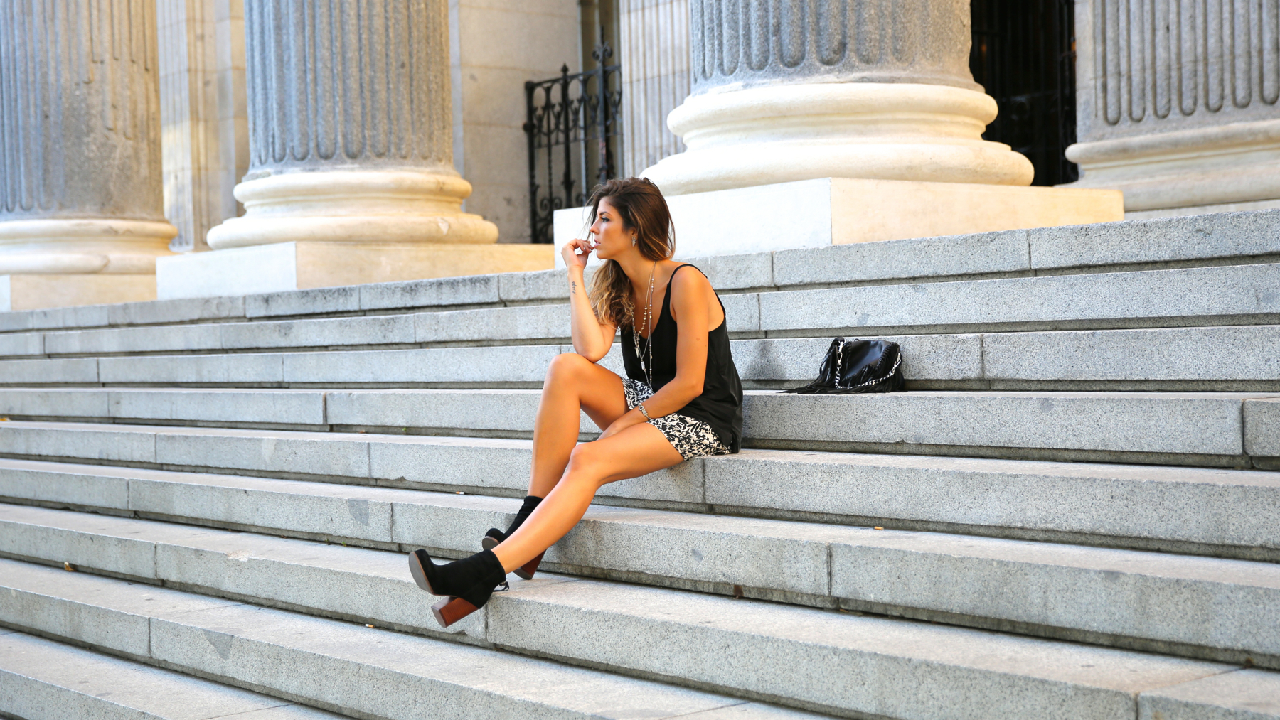 trendy_taste-look-outfit-street_style-ootd-blog-blogger-fashion_spain-moda_españa-animal_print-boho-casual-falda-skirt-black_booties-botines_negros-jeffrey_campbell-zara-bolso_flecos-vintage-6