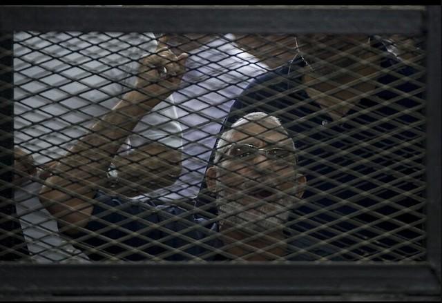 Foto: AFP - Mohamed Badie, líder da Irmandade Muçulmana, grita durante julgamento em tribunal do Cairo.