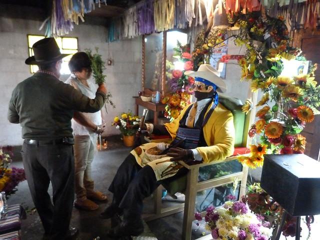 Maximón y un ritual maya en Zunil (Quetzaltenango, Guatemala)