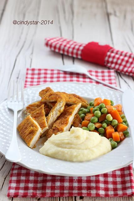 cotoletta di pollo con piselli, carote e puré