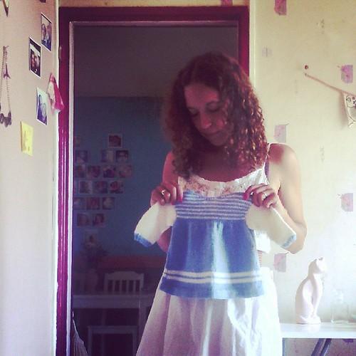 Aujourd'hui je trie les vêtements et j'ai retrouvé la robe de Nana quand elle avait 1 semaine tricoter par ma maman.