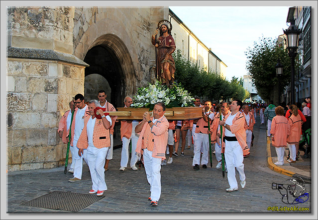 4 Procesión y canto de la Salve, desfile de peñas y toro de fuego