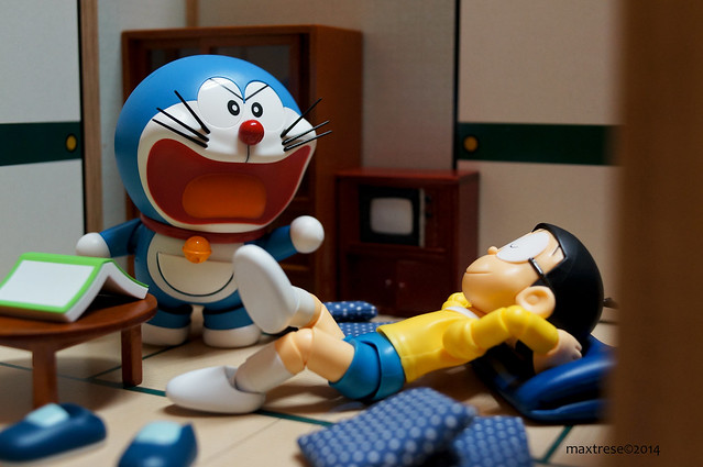 Bandai Robot Damashii Doraemon giving SHF Nobita some lecture