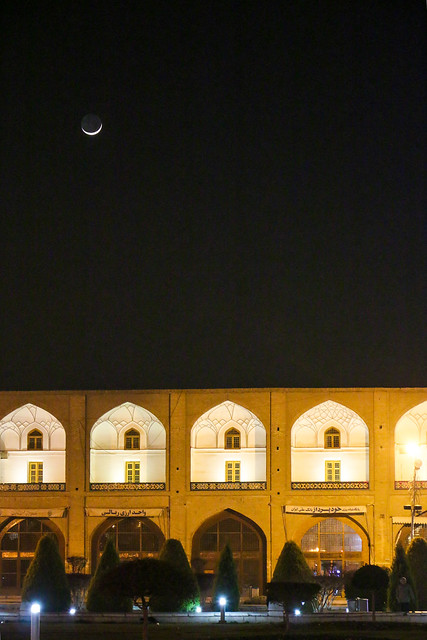 Crescent moon over the Imam square, Isfahan イスファハン、イマーム広場と細い三日月