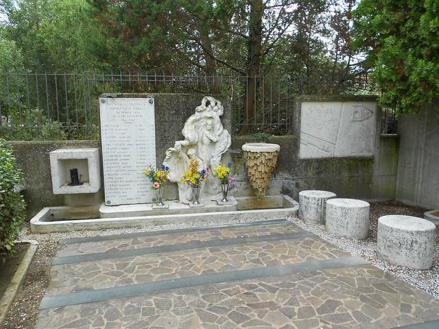dentro, monumento Martiri di Villadose