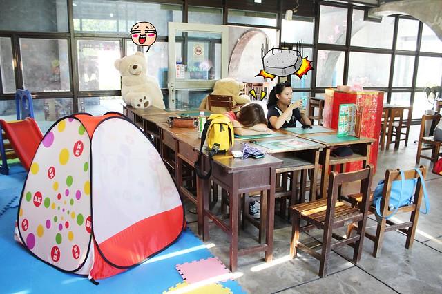 【宜蘭火車站美食餐廳】五隻魚窯烤披薩Five fish Pizza,在教室裡吃披薩