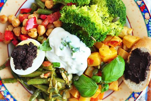 Gemüse Olivenöl Rezept gegen Brustkrebs gesund bunt Vitamine Broccoli, Zwiebel, Tomate, Knoblauch, Paprika, Möhre, grüne Bohne, Rübe, Butterrübe, Kichererbse, Kräuter, Zsaziki, Olive, Olivenöl, Tapenade Essen macht Freude Essen mit Spaß Foto Brigitte Stolle
