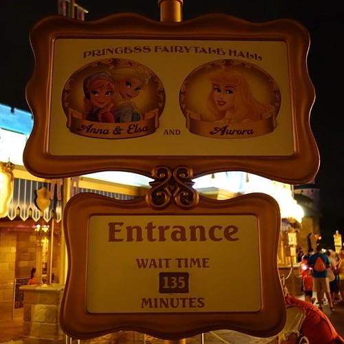 22時30分現在でアナとエルサのグリーティングは135分待ち。これはSeven Dwarfs Mine Trainよりも長いです。