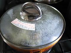 めんつゆ、水、砂糖を入れ、ふたをして煮ます