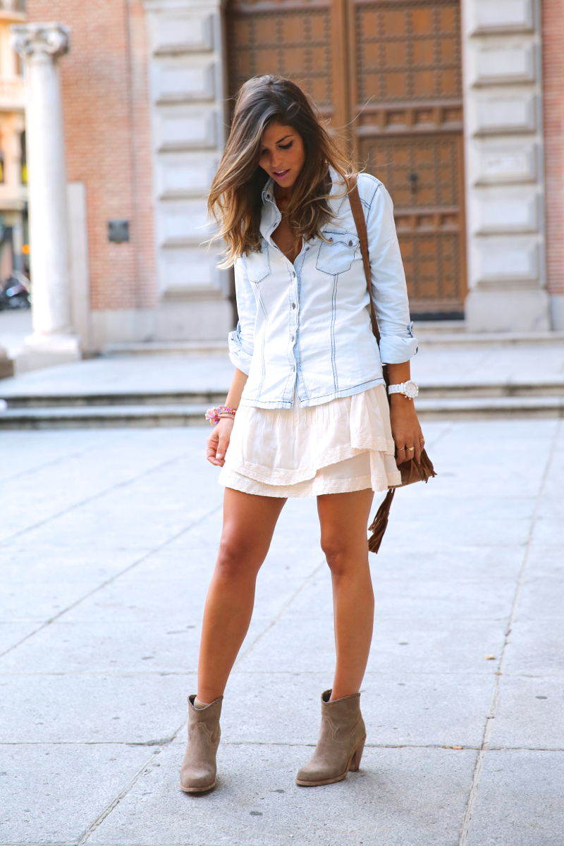 trendy_taste-look-outfit-street_style-denim-blog-blogger-fashion_spain-moda_españa-botines_camperos-it_shoes-cowboy_booties-skirt-falda-bolso_flecos-fringes_bag-camisa_vaquera-denim_shirt-15