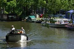Mensen in een bootje op een gracht in Amsterdam