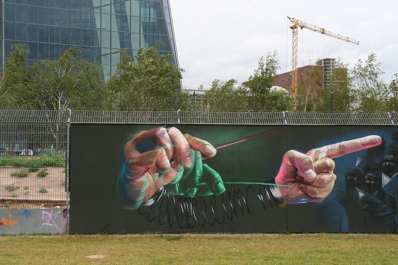 Streetart an der neuen EZB - Fingerzeig
