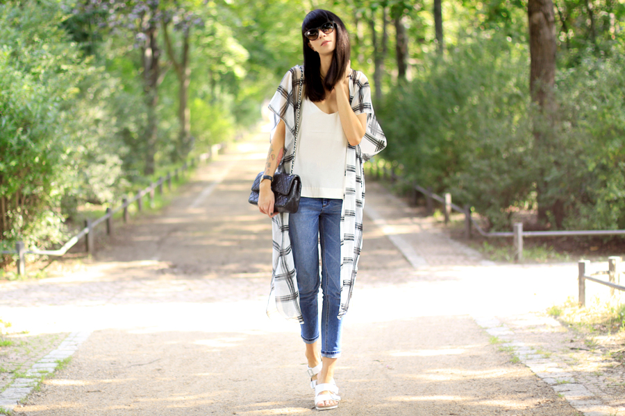 Long cape H&M ASOS blue jeans Birkenstock outfit summer style OOTD fashion blogger Ricarda Schernus CATTS & DOGS berlin 3