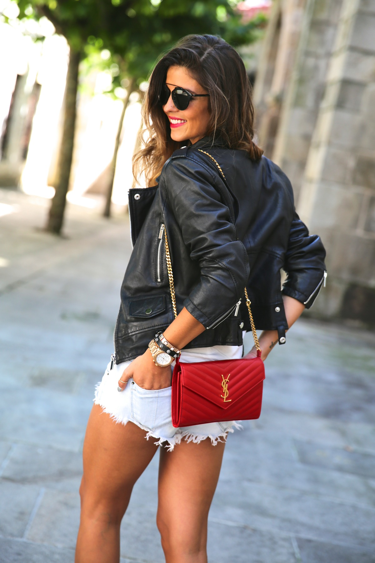 trendy_taste-look-outfit-street_style-ootd-leo_print-estampado_leopardo-blog-blogger-fashion_spain-moda_españa-shorts_vaqueros-denim_shorts-leather_jacket-chaqueta_cuero-chupa-ysl-bolso_saint_laurent-4