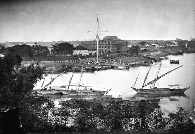 Saigon, Cochin China 1867 - Bức ảnh rất lớn cho thấy rõ nhiều chi tiết. Nhà ông Wang-Tai góc Hàm Nghi-Bến Bạch Đằng đang xây dựng