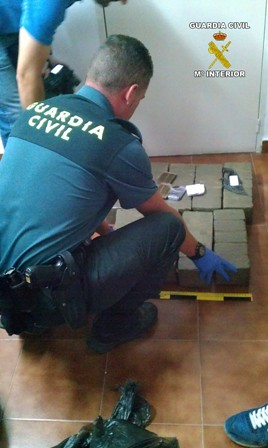 AionSur 14865774059_5b27c5935a_d La Guardia Civil detiene a una persona mientras intentaba deshacerse de 44,800 kilos de hachís en una cuneta de la AP-4 Sucesos